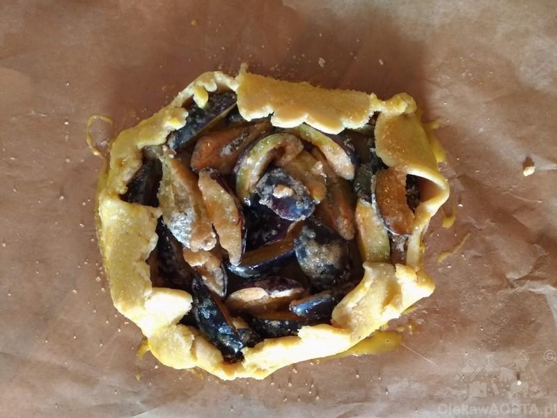 Placek ze śliwkami gotowy do pieczenia