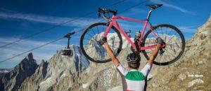 Zdjęcie promujące Giro d'Italia 2019 w Valle d'Aosta, w oddali widać kolejkę Skyway mont Blanc. Źródło lovevda.it