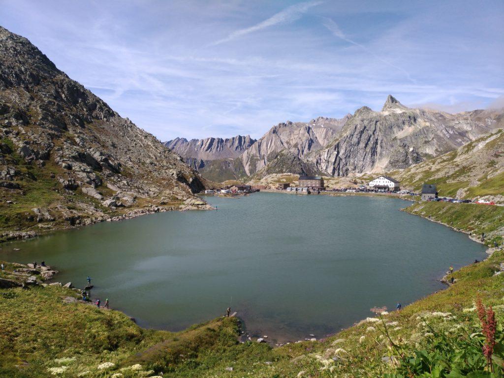 Wielka przełęcz Świętego Bernarda jesienią i bez samochodu jest trudno dostępna!
